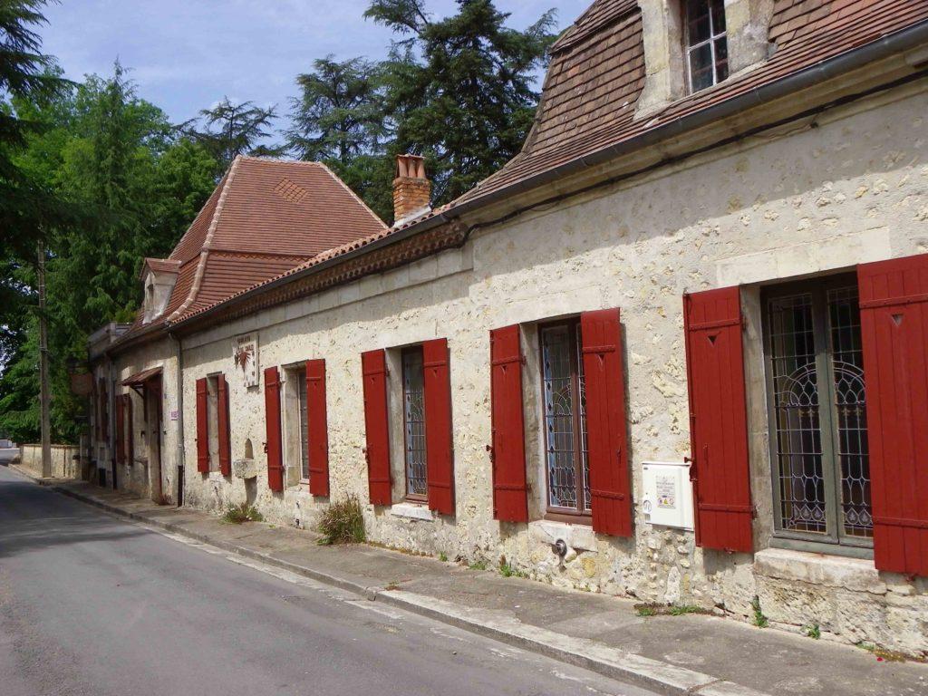La façade de la chartreuse Voulgre avec ses deux pavillons, ses vitraux et ses volets rouges